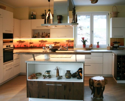 Küche mit Kochinsel im Afrika-Look