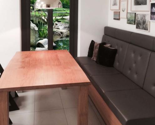 Speisezimmer mit Tisch und hochwertiger Polsterbank aus wildgewachsener Eiche und grauem Echtleder