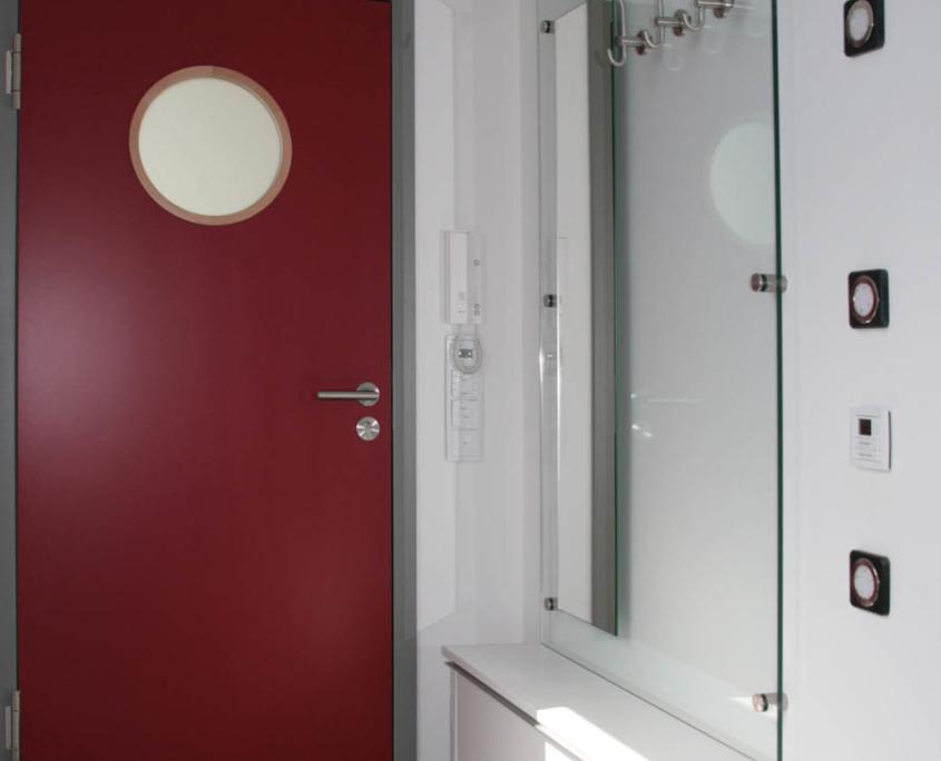 Moderne Garderobe mit Glasrückwand und Spiegel