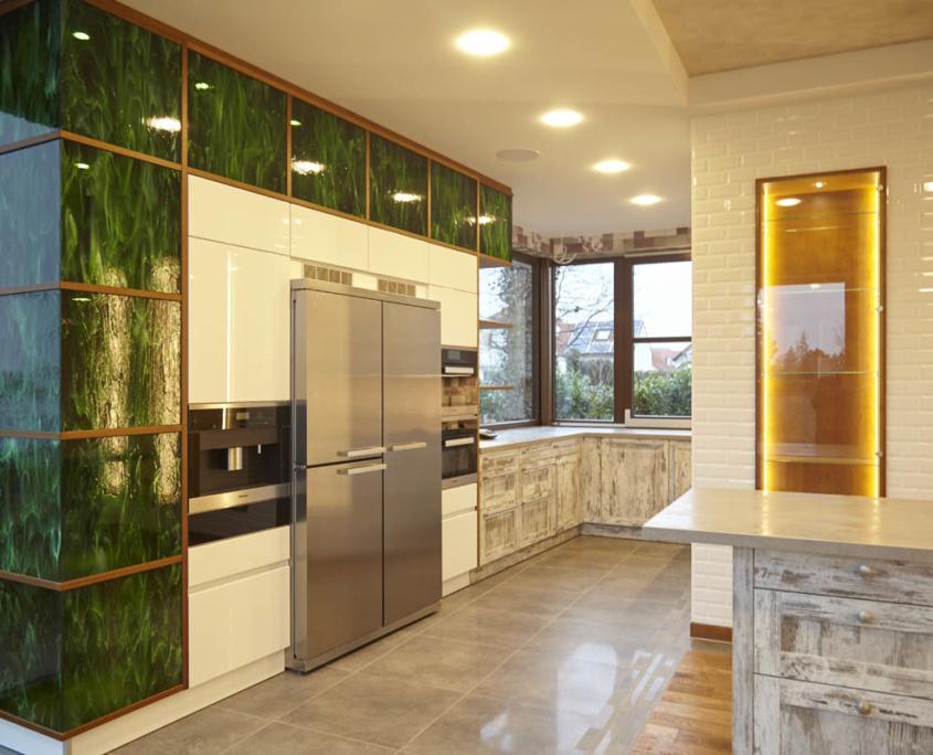 Exklusive Küche mit Flussglasvitrinen und Unterschränken im Shabby Look