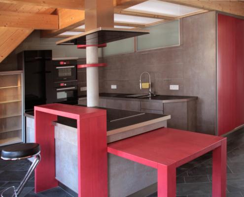 Küche mit Kochinsel in rot und Betonoptik