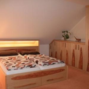 Mediterranes Schlafzimmer in Massivholz mit Olivenholz-Applikationen