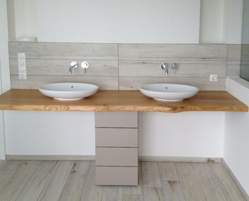 Waschtisch für Bad aus Massivholz mit Naturkante