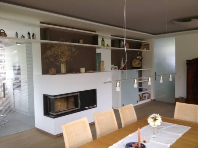 Wohnwand als Regalsystem mit integriertem Kamin