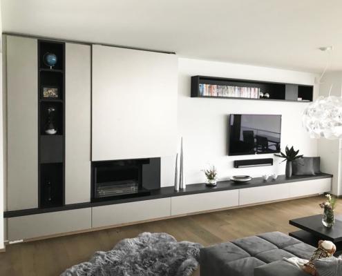 Minimalistische Wohnwand in schwarz-weiß