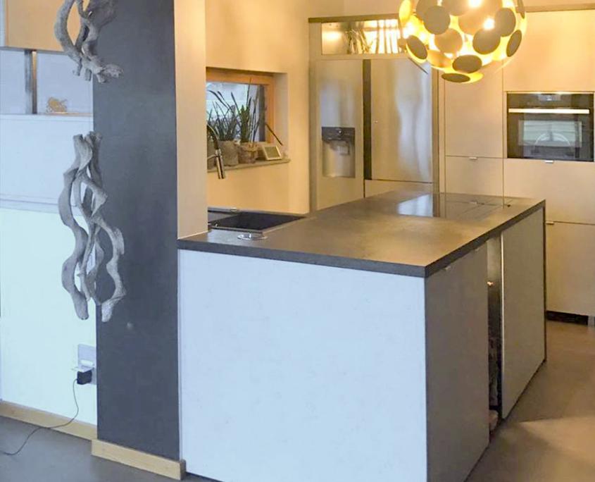Küche mit schlichter Kücheninsel in schwarz und weiß, Küchenschränke