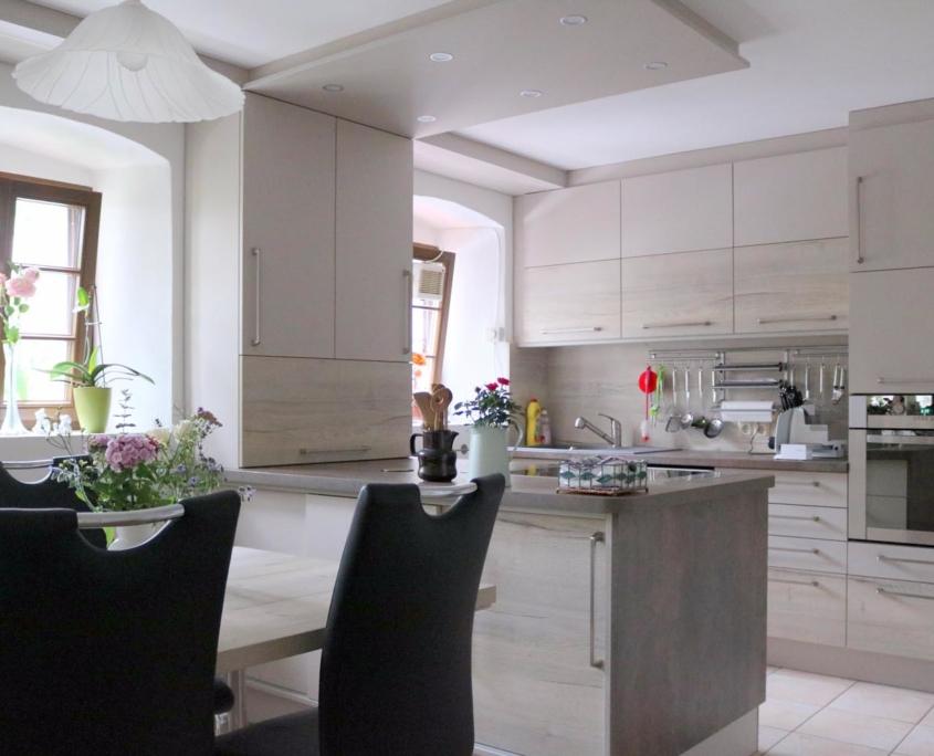 Umfassende Küchenmodernisierung mit Kochinsel