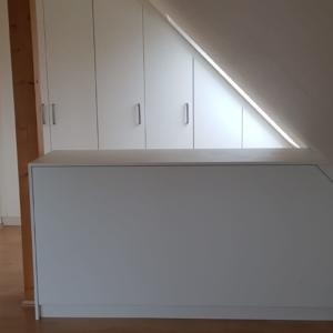Schlafzimmermöbel, Kommode unter Dachschräge als Raumteiler