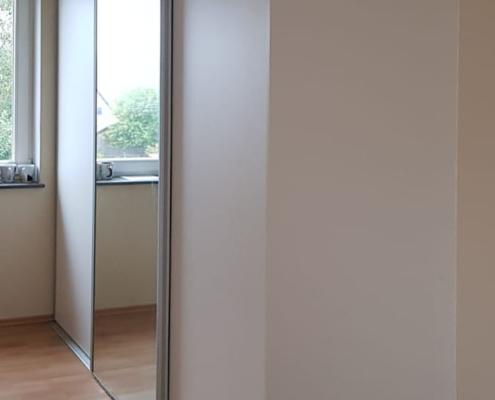 Schlafzimmerschrank mit Schiebetüren und Spiegel im Alurahmen