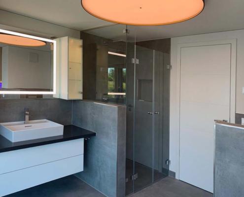 Inneneinrichtung Bootshaus Badezimmer mit Spiegel und Hängeschränken