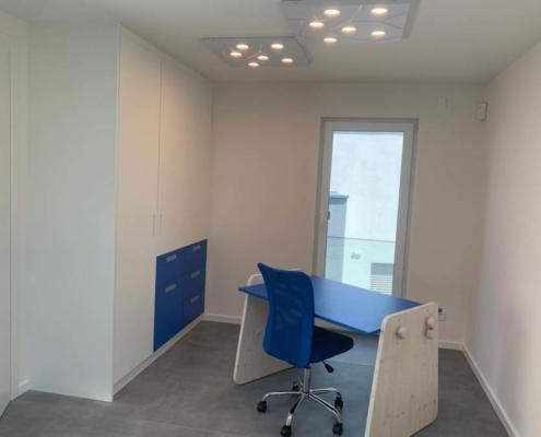 Inneneinrichtung Bootshaus Kinderzimmer mit höhenverstellbarem Schreibtisch delftblau-weiß