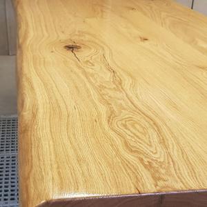 massive Tischplatte aus Eiche mit Ästen und Rissen